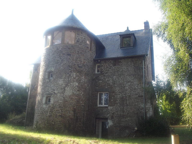 Historic Manor house with Turret and Guest cottage  for sale for 236,250€ in Mayenne, Pays-de-la-Loire