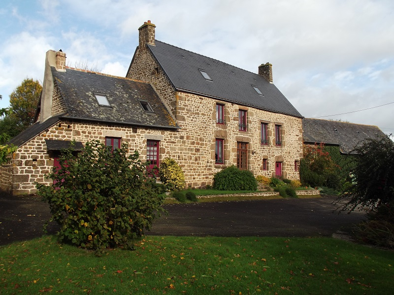 Elegant manor house with numerous outbuildings  for sale for 320,250€ in Mayenne, Pays-de-la-Loire