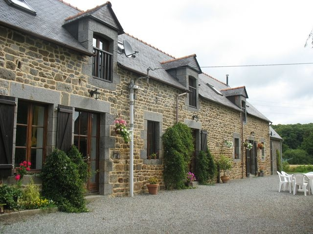 Property for sale in St Pierre de Plesguen - Family house and 3 cottages, 1.3 hectares, swimming pool!  for sale for 462,000€ in Ille et Villaine, Brittany
