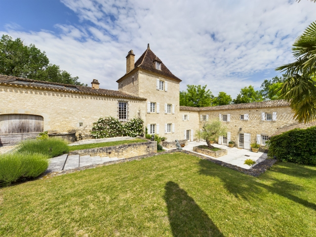Magnificent fortified farmhouse of 850 m², fully restored, on 70 ha of land for sale for 4,200,000€ in Lot-et-Garonne, Aquitaine